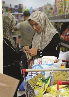 Syrian refugees go shopping with e-vouchers