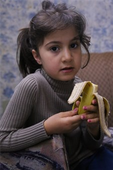 Rama, a 7-year-old Syrian refugee girl who now lives in Mount Lebanon. Through WFP's e-cards, Rama can eat fresh vegetables and fruits.